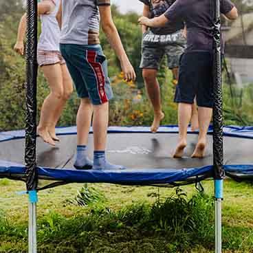 lapsia trampoliinilla